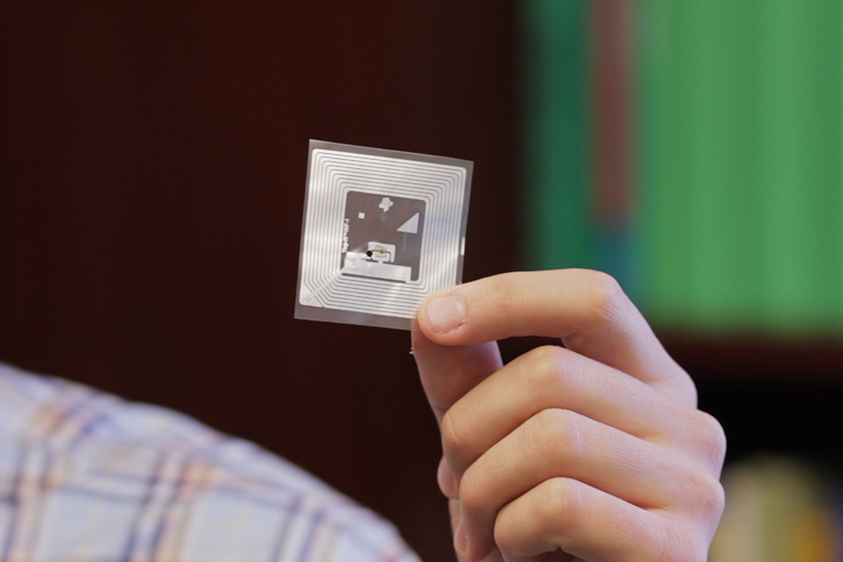 The MIT researchers' wireless chemical sensor